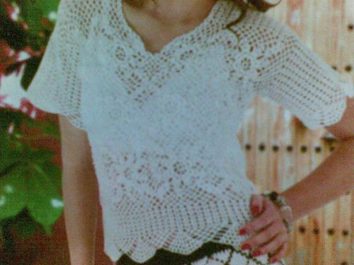 Blusas con flores tejidas a crochet - Imagui